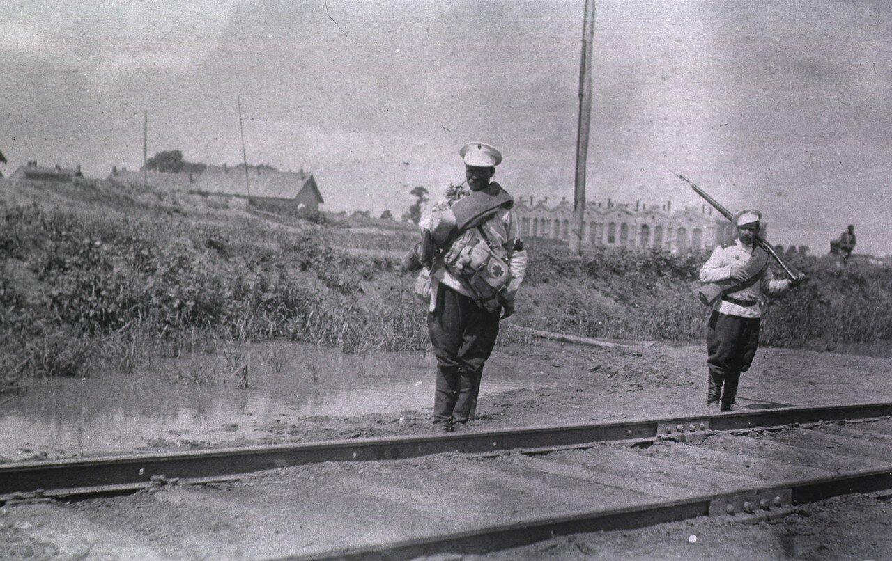 Два фельдшера рядом с железнодорожными путями