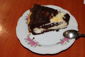кусок шоколадно-творожного лакомства