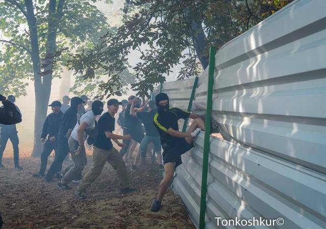 Во время сноса забора вокруг застройки в Одессе активисты подрались с патрульными. ФОТОрепортаж