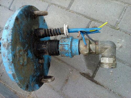 Срочный вызов электрика аварийной службы в частный дом из-за короткого замыкания в погружном насосе