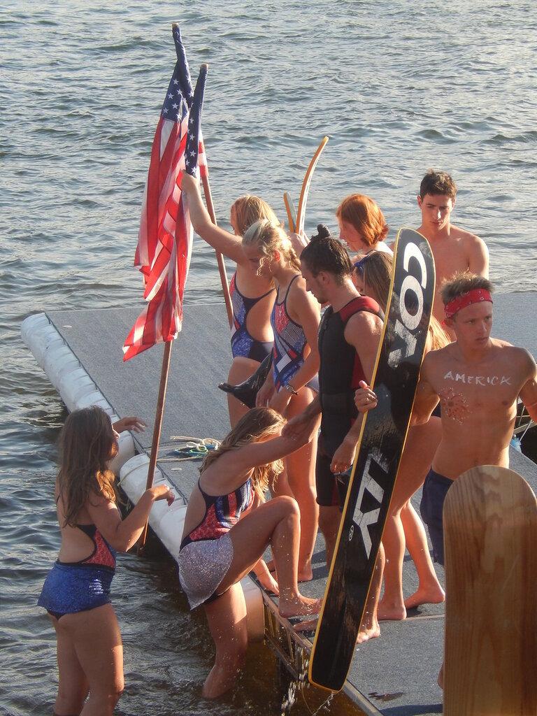 Шоу водных лыжников.