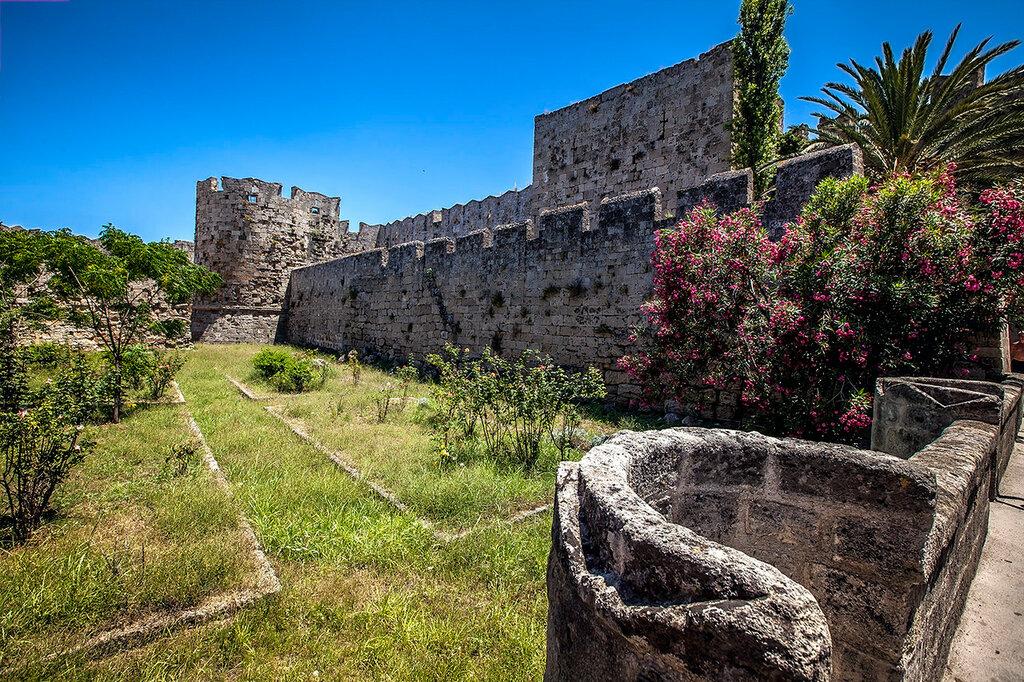 У древних стен...
