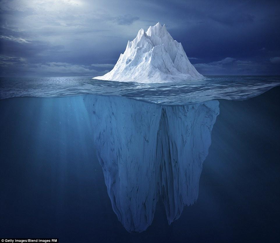 Когда вышло солнце, появилась красивая дымка у берегов ледника Сермек-Куяллек, самого плодовитого на