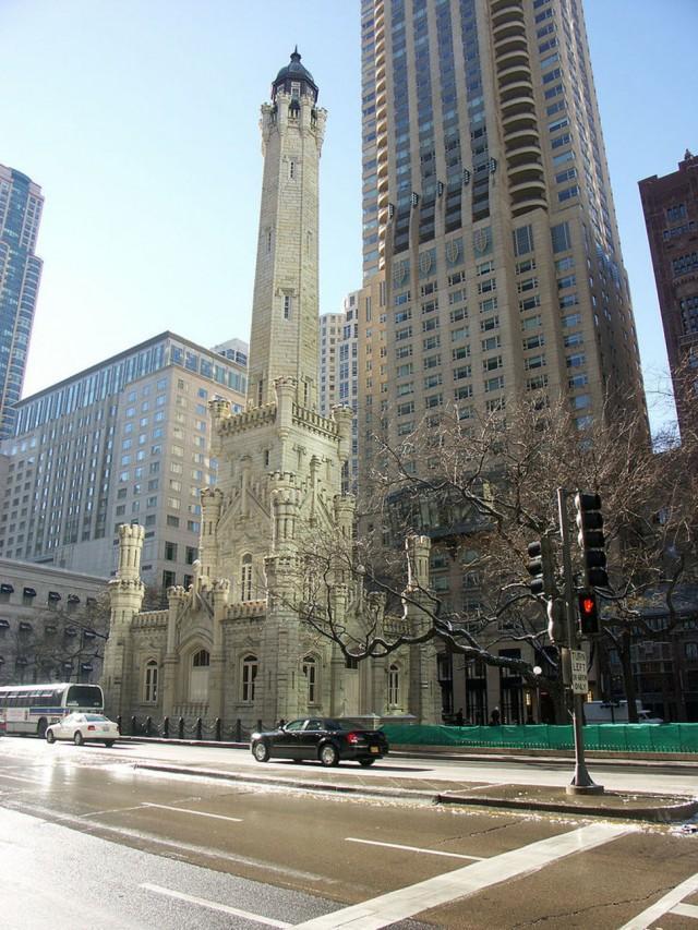 11. Чикаго, водонапорная башня в окружении небоскребов С 1869 года эта башня служила в качестве хран