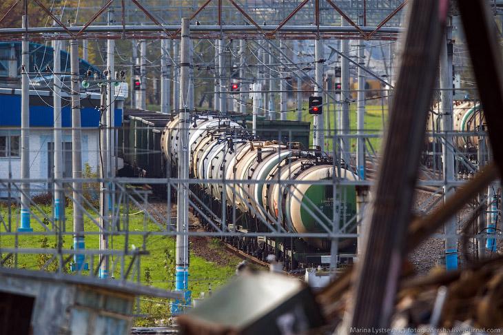 2. Из цистерн и по трубопроводу топливо перекачивается вот в эти огромные 5-тысячные (м3) резервуары