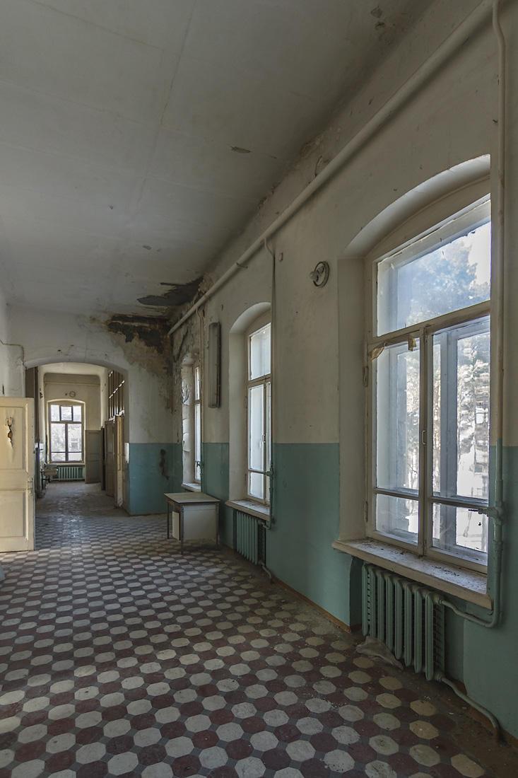 2. Внутри — масляная краска на стенах и побелка с потёками на высоких потолках.