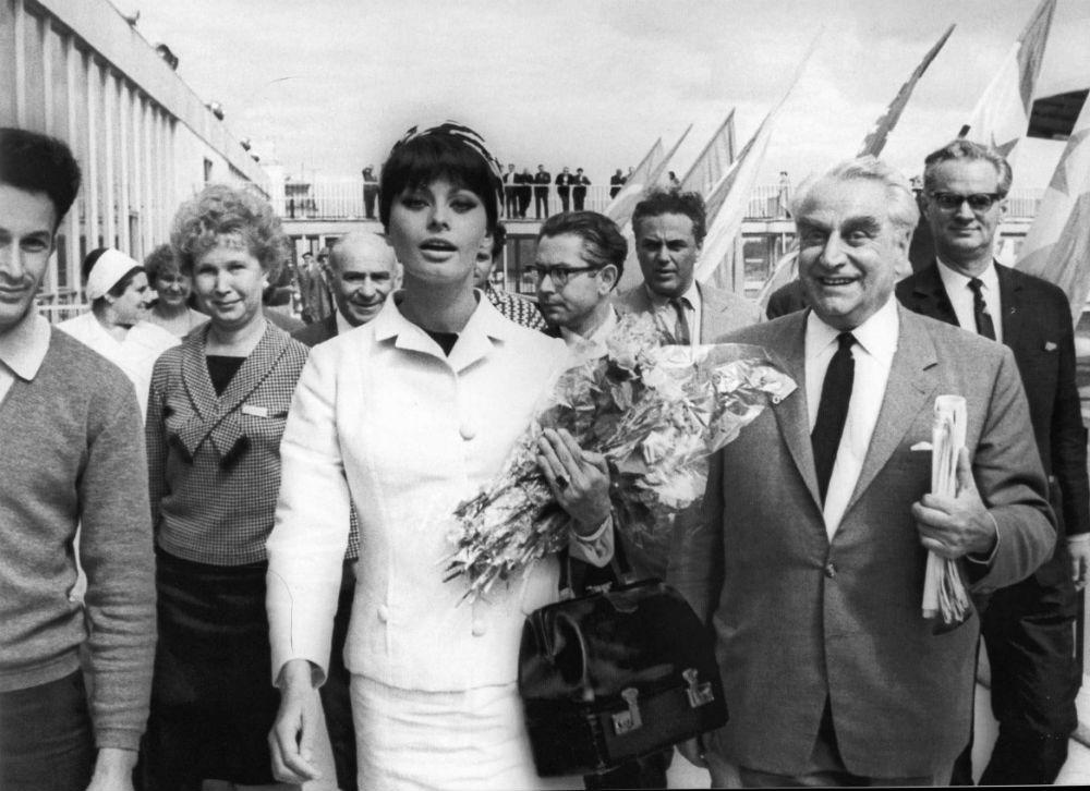 Софи Лорен в аэропорту Шереметьево, 1965 год.
