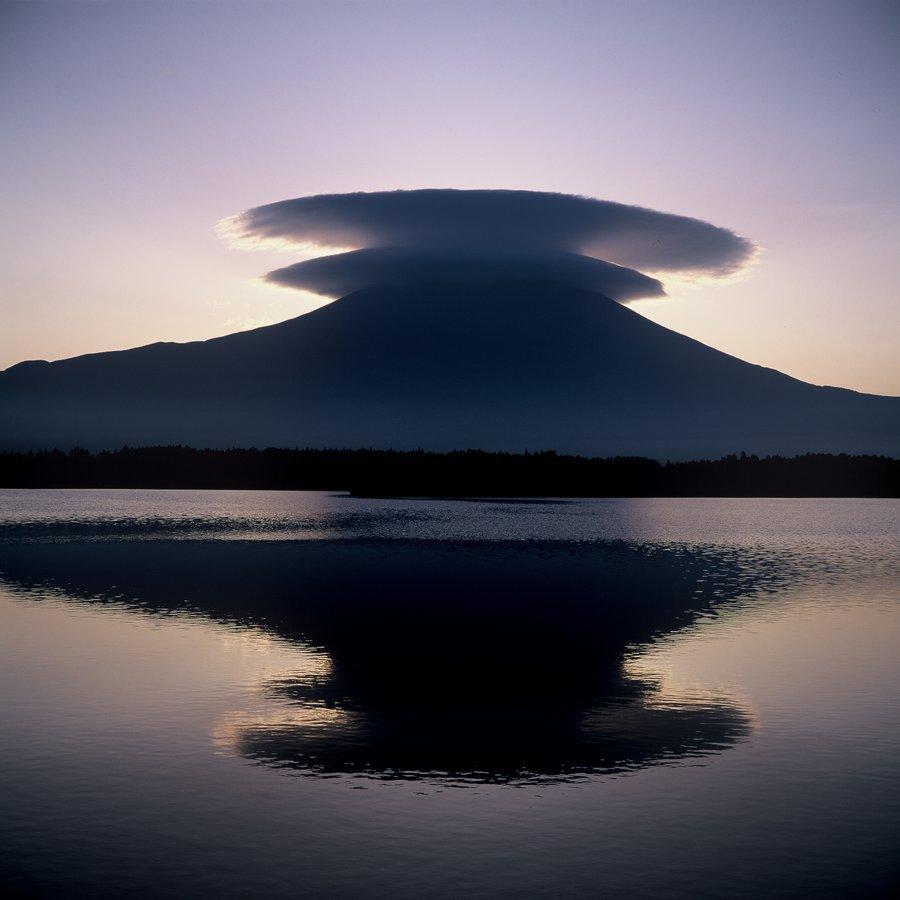 Классический образ священной горы Фудзи — курящийся вулкан с острой вершиной, вечно покрытый льдом.
