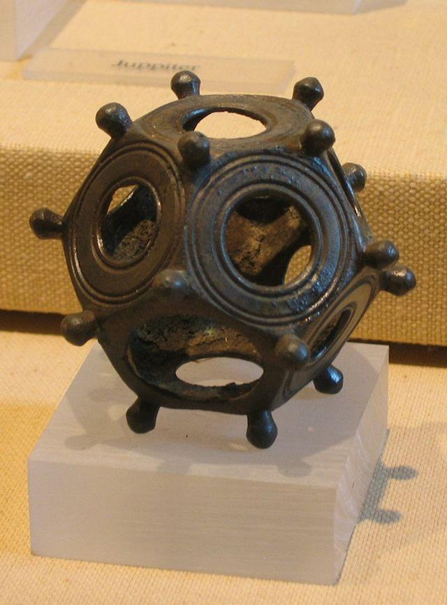 5. Римские додекаэдры Эти странные предметы выглядят как полые 12-гранники с круглым отверстием в ка