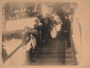 Вдовствующая императрица Мария Федоровна (на первом плане), императрица Александра Федоровна, сопровождающие их лица у царской палатки