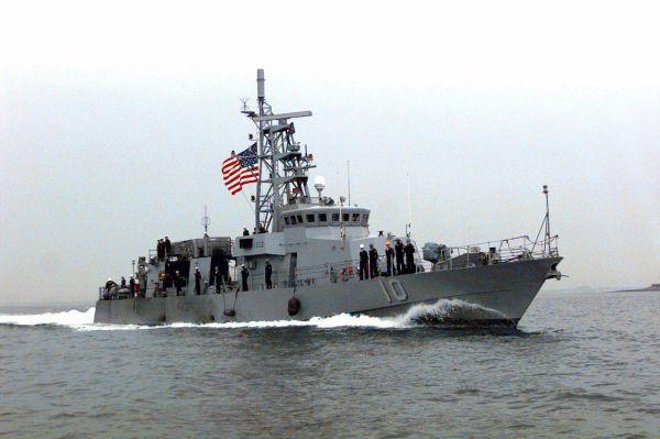 Иранский катер вынудил корабль США изменить курс