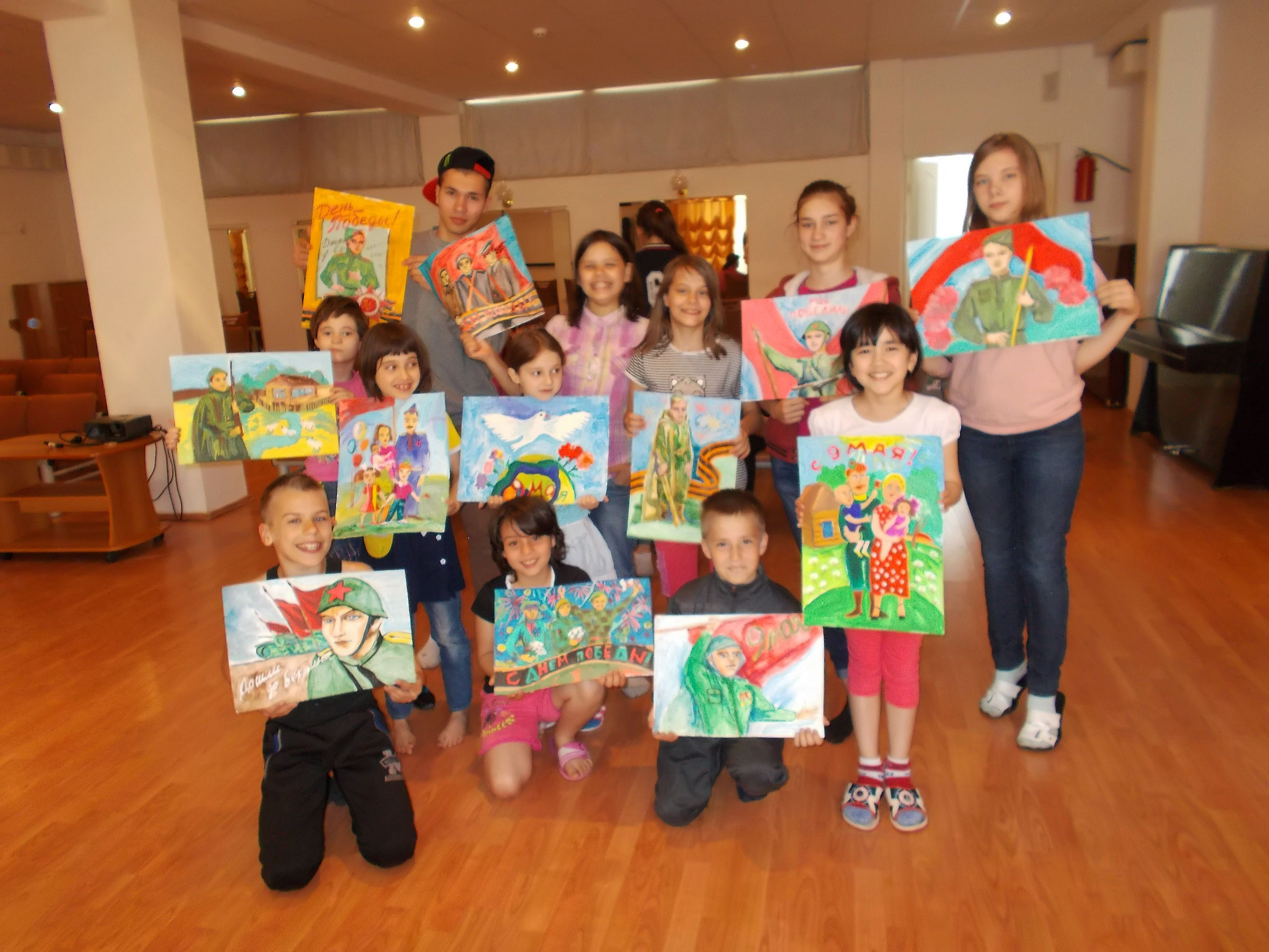дети с рисунками 9 мая.jpg
