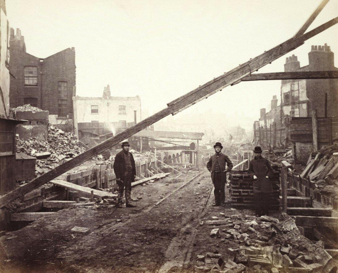 1863. Должностные лица на улице, где сносили дома для строительства подземки