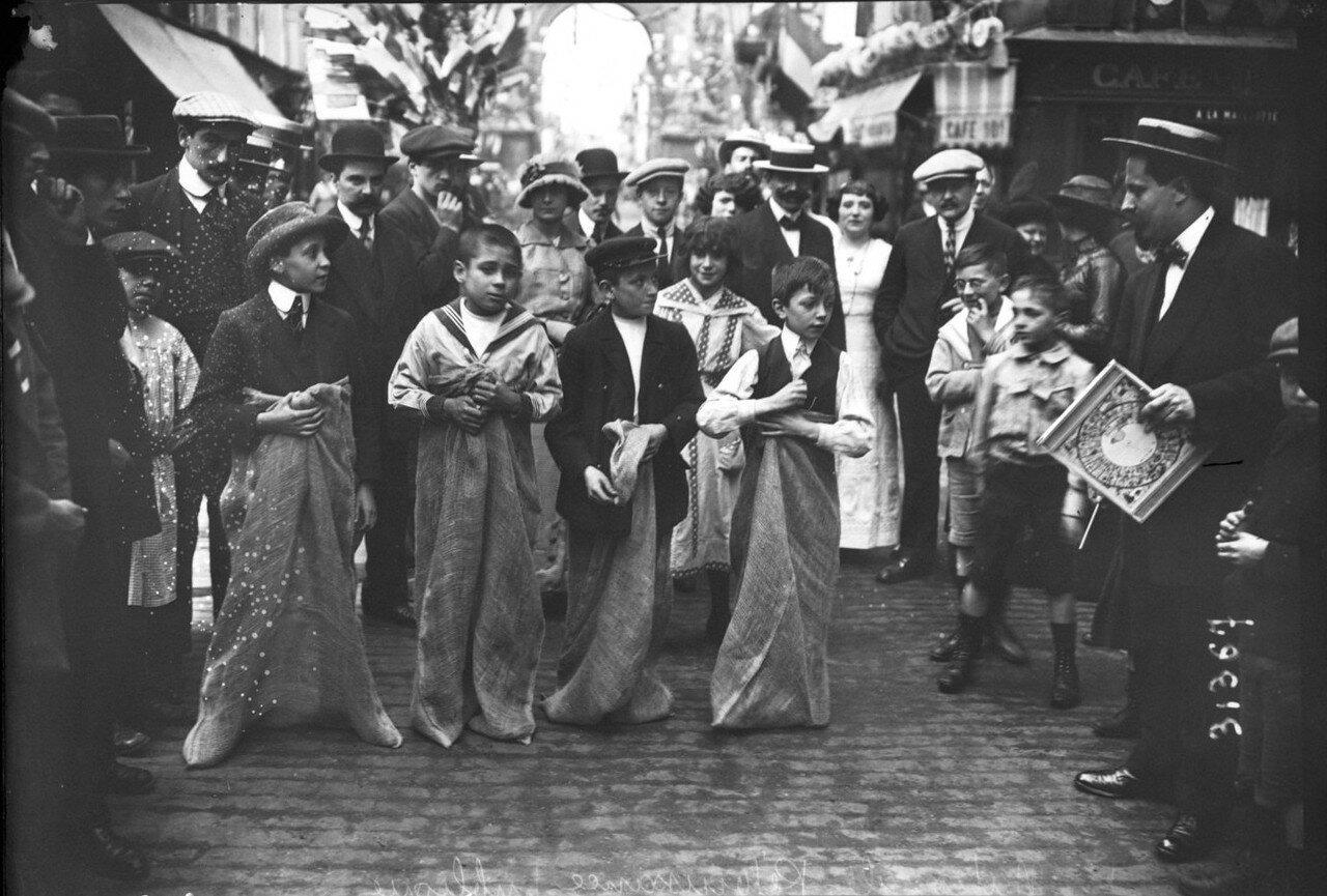 1932. Бег в мешках