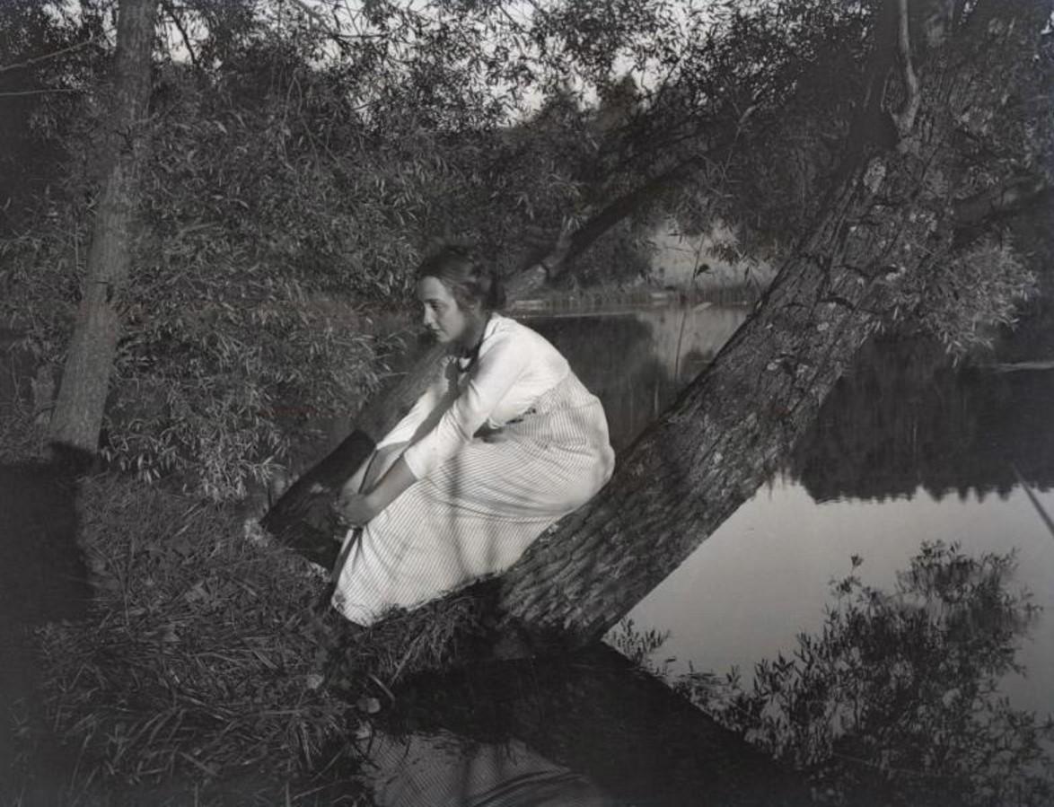 Женщина у водоема