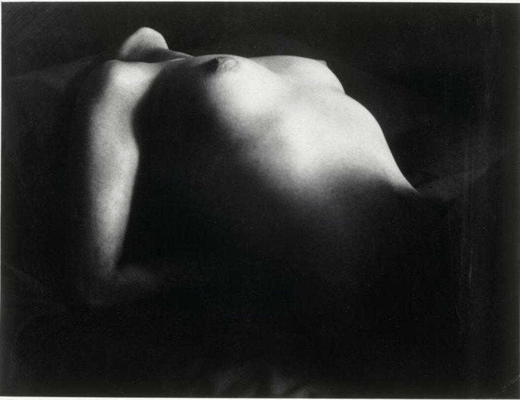 1931. Обнаженная грудь