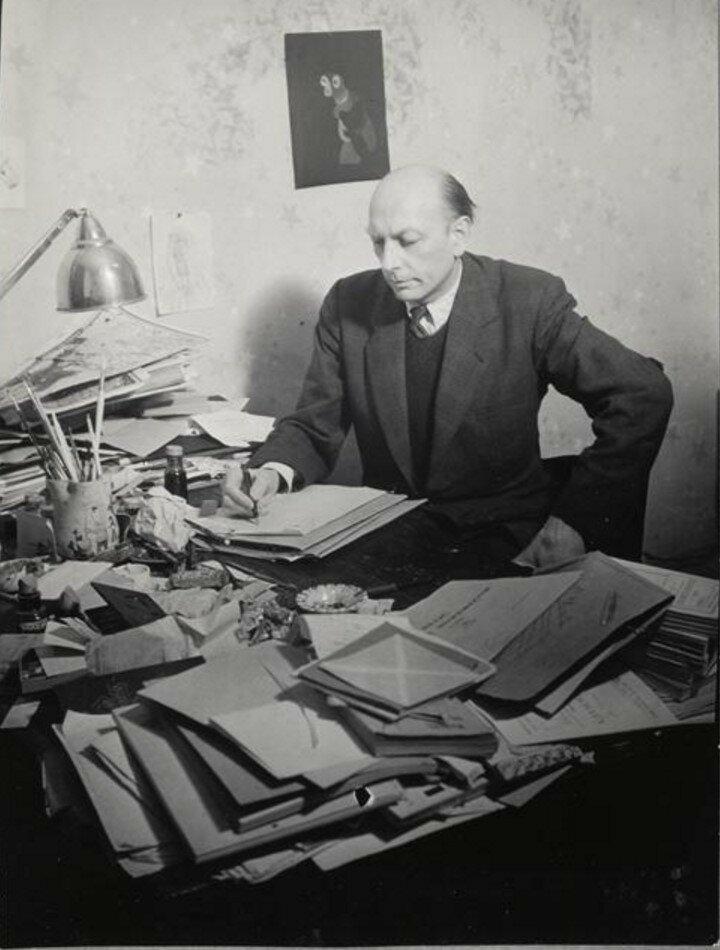 1943. Анри Мишо за письменным столом