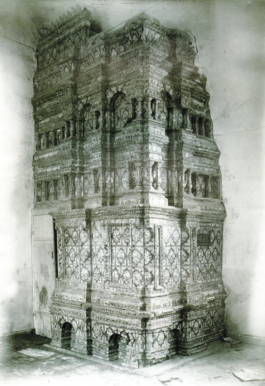 Изразцовая печь в трапезной Введенской церкви Авраамиева монастыря