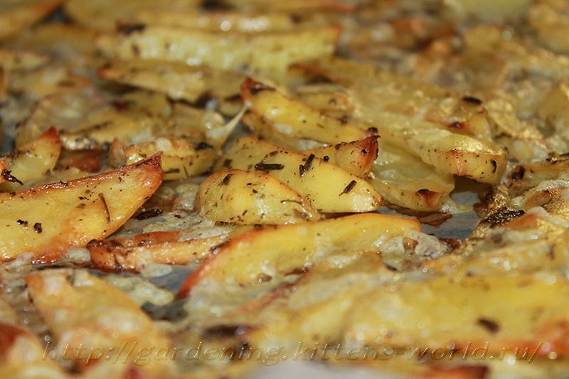 Картофельные дольки, запеченные с чесноком
