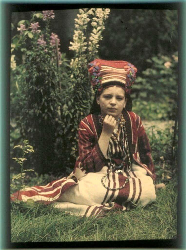 Вера Козакова в народном костюме, 1914.jpg