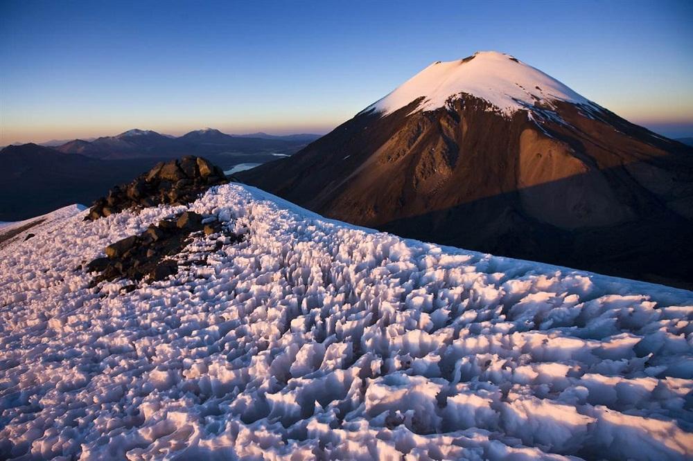4. Вулкан Паринакота, Боливия. Лед такой необычной формы образуется в основном в высокогорных пустын