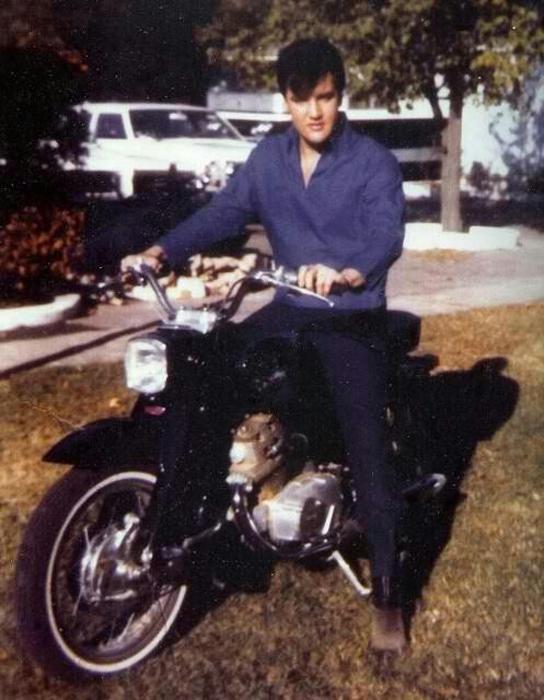 Элвис Пресли во время фотосессии