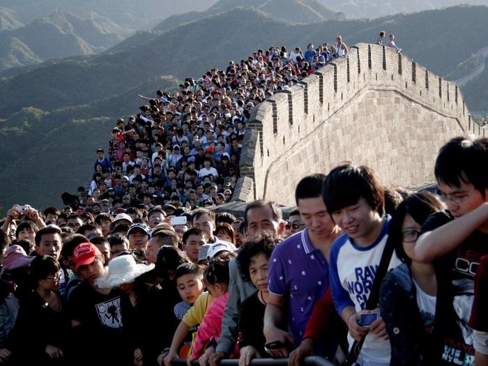 Толпа людей на Великой Китайской стене. 2. Вступительные экзамены