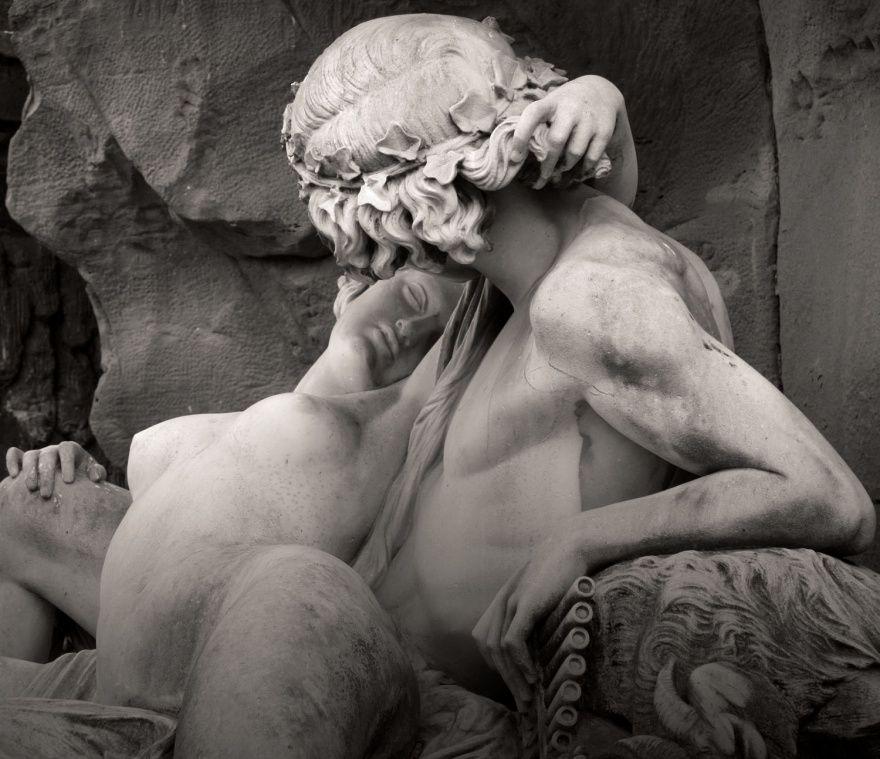2. Галатея в руках Ациса (© Yvan LEMEUR) Скульптура фонтана Медичи в Люксембургском саду в Париже. О