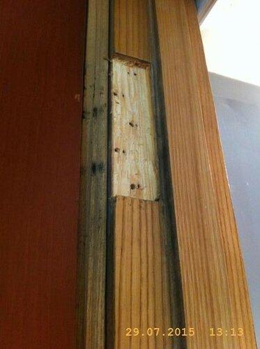 Если дверь не втискивается в проём, можно углубить выемку под петлёй