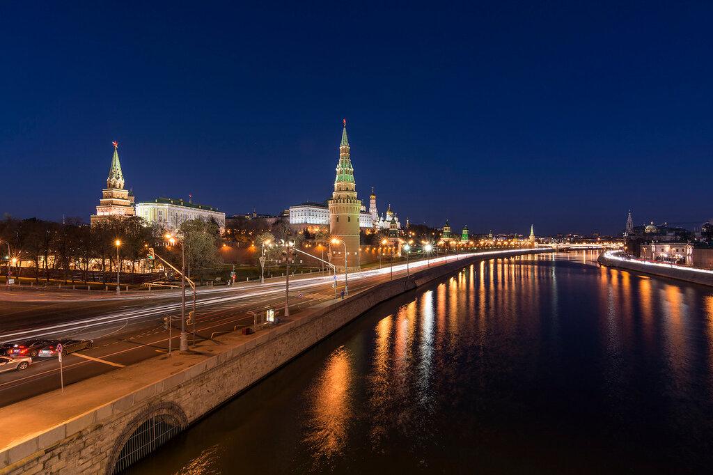Москва. Большой Каменный мост. Вид на Кремль. Затемно
