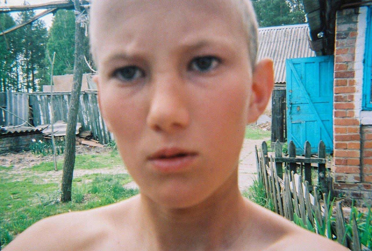Мальчик делает селфи в своем доме возле зоны отчуждения