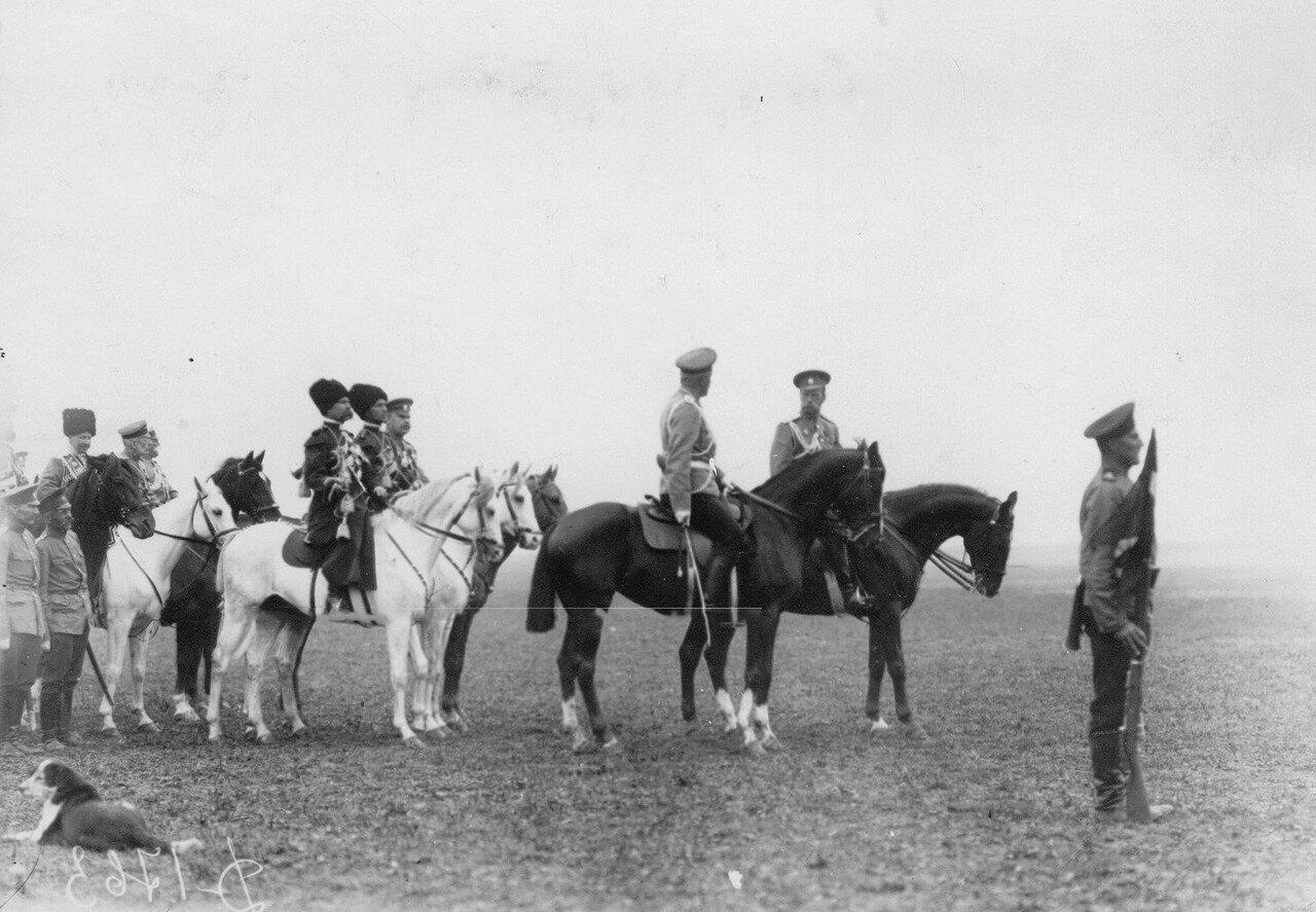 10. Император Николай II беседует с командиром полка, полковником Мдивани во время смотра полка.  Красное Село. 1913
