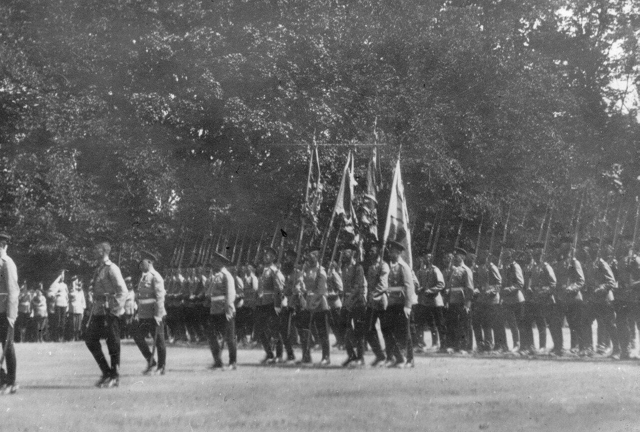 29. Солдаты полка проходят церемониальным маршем мимо принимающих парад. Петергоф. 29 июня 1913