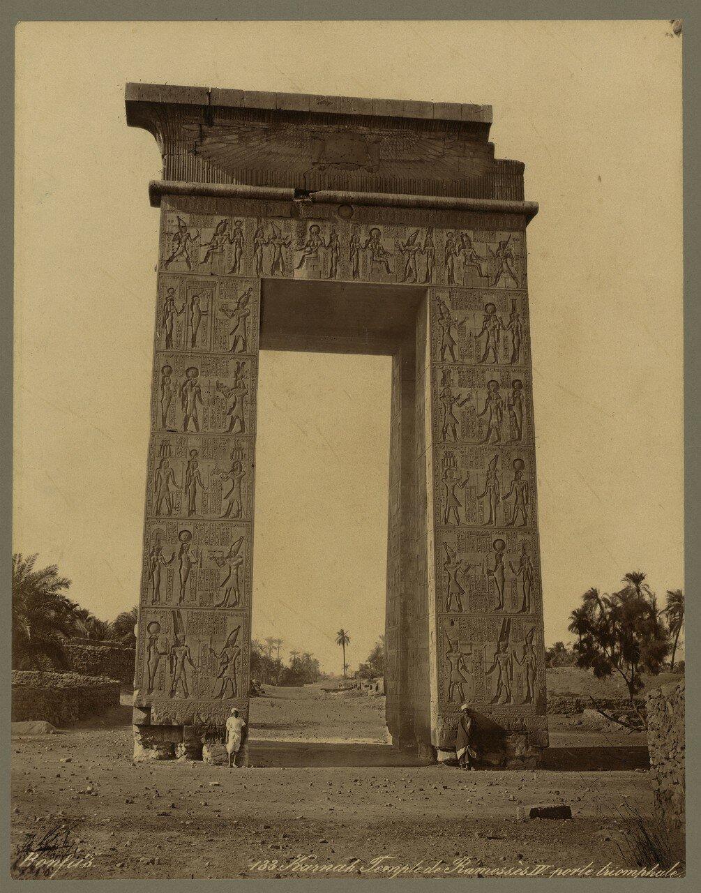 Карнак (Фивы). Храм Рамзеса IV. Триумфальные ворота. 1867