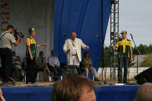 Директор музея Виктор Шмыров открывает фестиваль разрезанием колючей проволоки