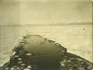 Канал,пробитый ледоколом Байкал