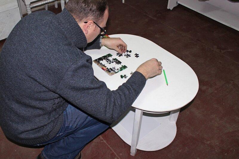 Собираю паззл, на обратной стороне которого задача с кодом - Логово ББ - Побег из комнаты в Кирове