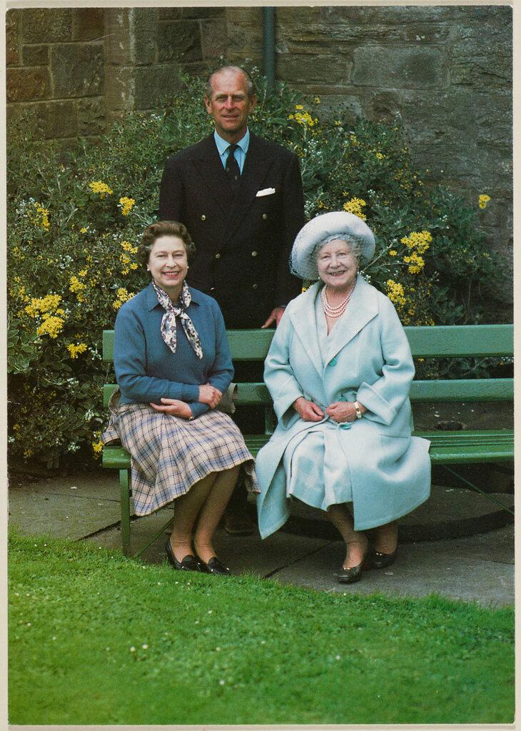 Величества Королевы, Его Королевское Высочество Герцог Эдинбургский и Его Королевское Высочество королева-мать в замке Мей,  1985