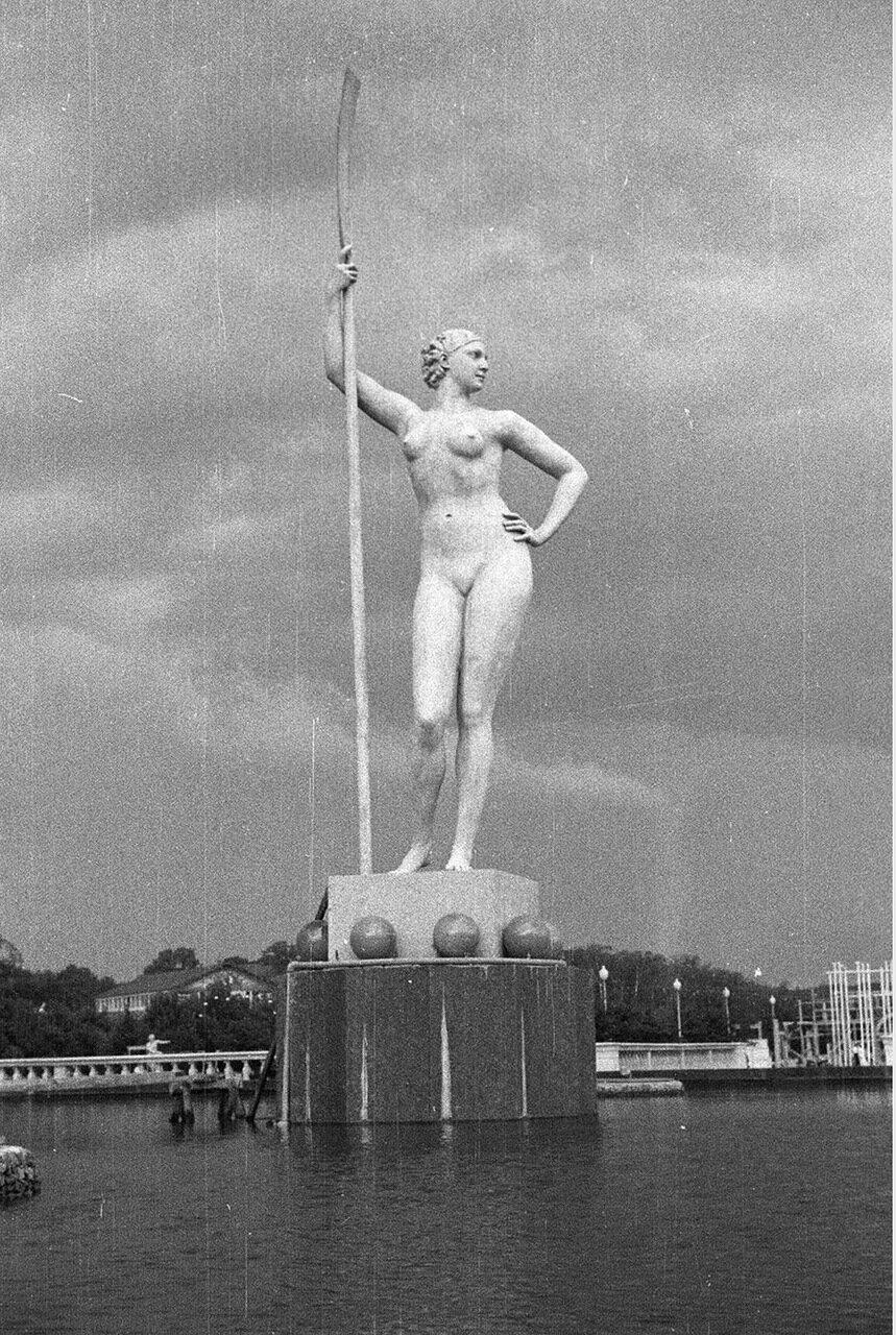84. Девушка с веслом