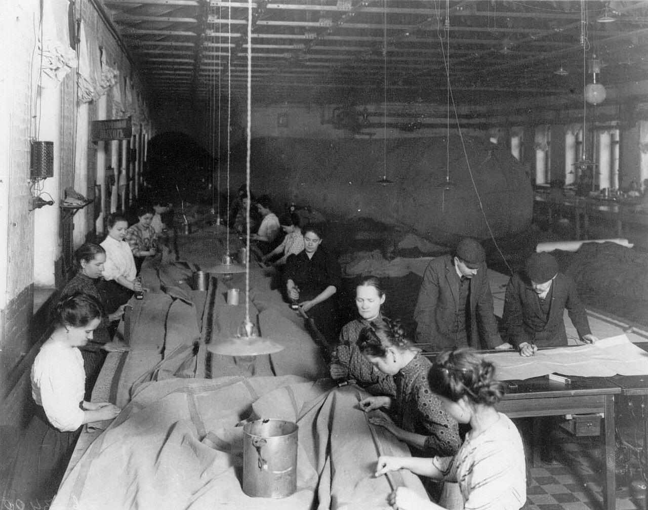 09. Работницы за склейкой оболочки аэростата