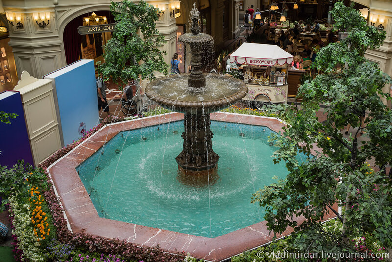 ...в центре ГУМа у фонтана