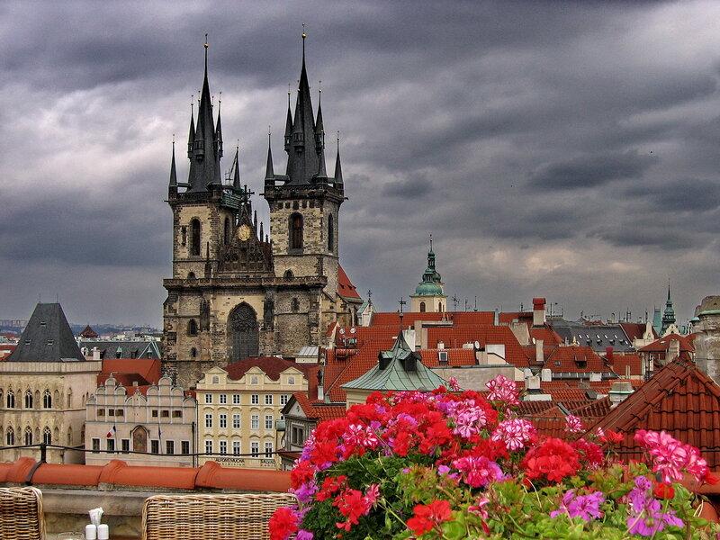 Развивался на основе романской, точнее говоря - бургундской архитектуры.  В отличие от романского стиля...