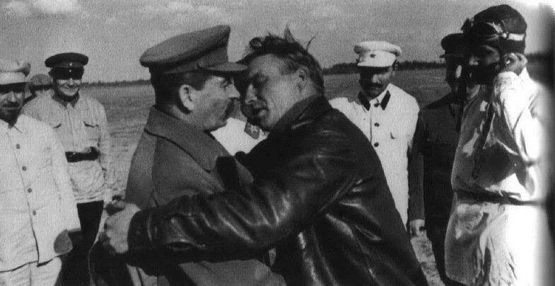 El beso de Breznev y Honecker. - Página 3 0_1ea19_4956f1ad_XL