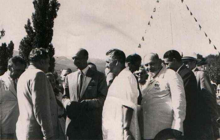 Король Афганистана Мухаммед Захир Шах и дважды Герой Советского Союза С.А.Ковпак а Артеке. 1957 год.