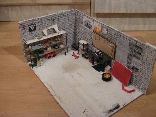 По многочисленным просьбам выкладываю фото гаража в отдельности.  Сделан из коробки из-под обуви.  L.