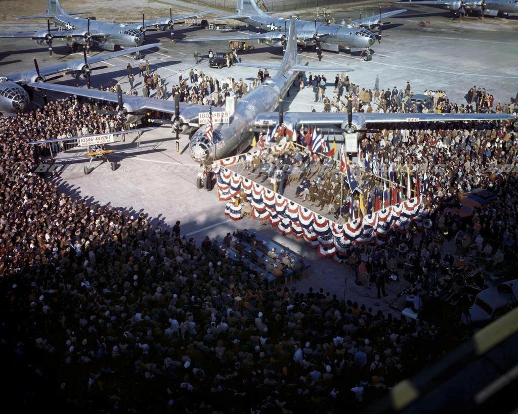 во время торжественной церемонии, посвящённой выпуску 1 000-го бомбардировщика В-29, построенного на заводе Боинг в Уичито; 17-е февраля 1945-го года.jpg