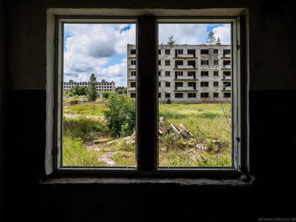 5. В заброшенных пятиэтажках — признаки (или призраки?) когда-то благополучной советской жизни. Когд