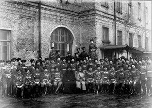 Заведующий корпусом полковник Носов Александр Дмитриевич (в центре) с группой личного состава корпуса у учебного помещения (в день юбилея).
