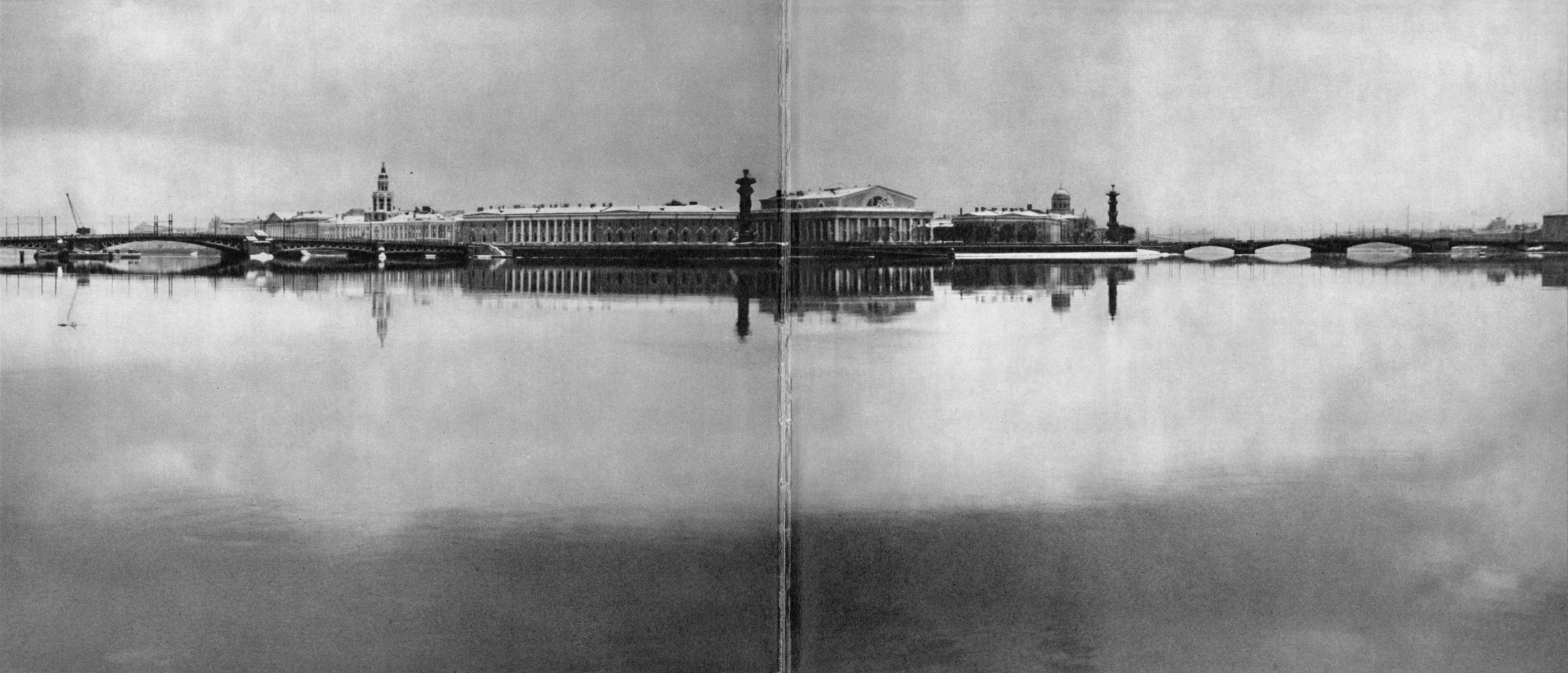 Стрелка Васильевского острова. Справа – Биржевой мост / Vasilyevsky Island Spit. Right, Birzhevoy Bridge