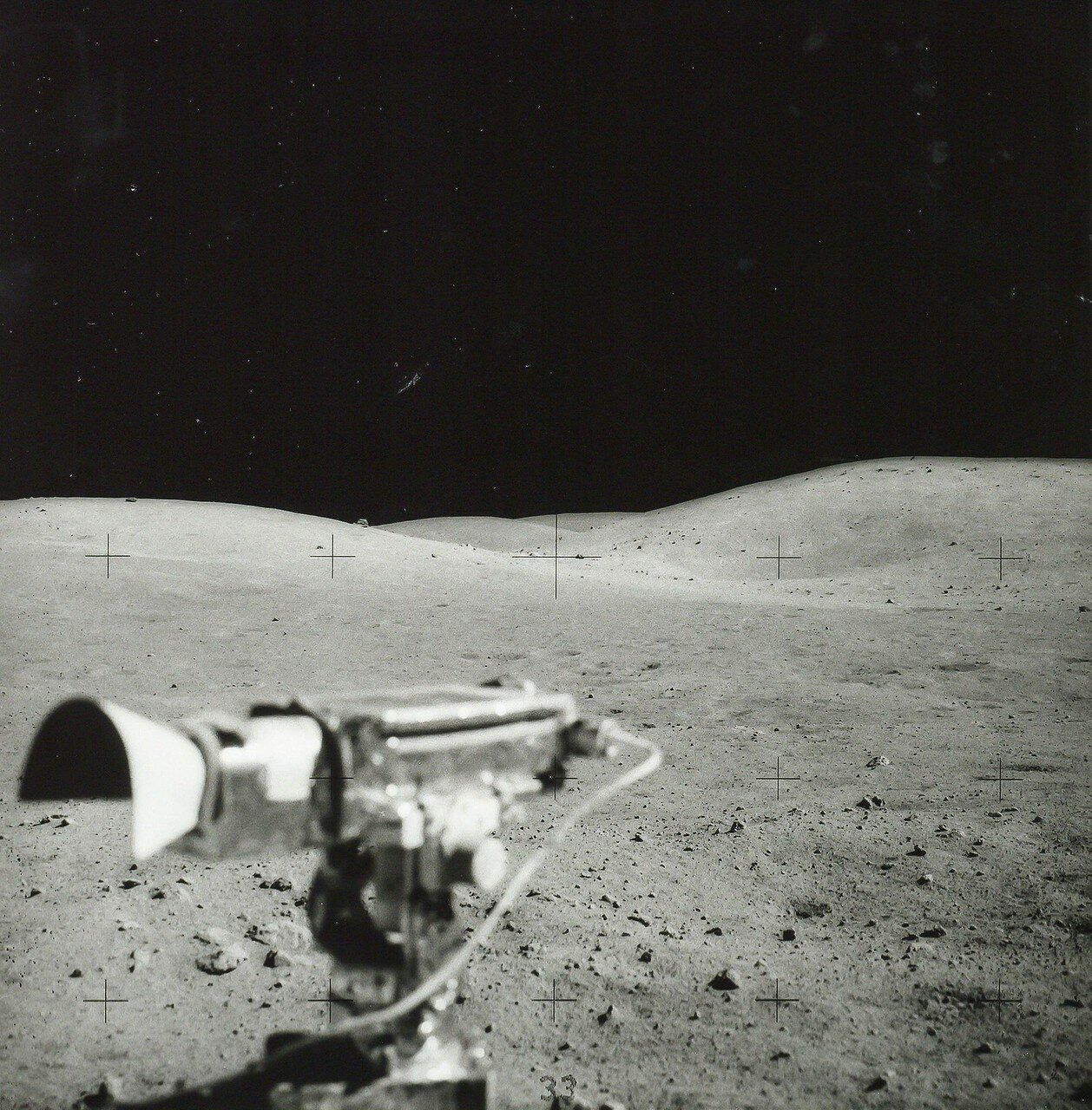 Уже на подъезде к намеченному месту луномобиль на подъёме заметно замедлился. Оказалось, что не работает двигатель одного из задних колёс, амперметр показывал «0». На снимке: Лунные пейзажи  из «Ровера» во время поездки к кратеру Южный Луч